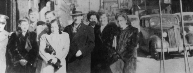 Da esquerda para a direita: homem fardado não identificado, Frances Bilas Spence, Homer Spence (engenheiro elétrico), Jim Cummings (projetista), Marlyn Wescoff Meltzer, John Mauchly, Ruth Lichterman Teitelbaum, Betty Jean Jennings Bartik, e Kay Mauchly Antonelli.(Foto: visualpun.ch)